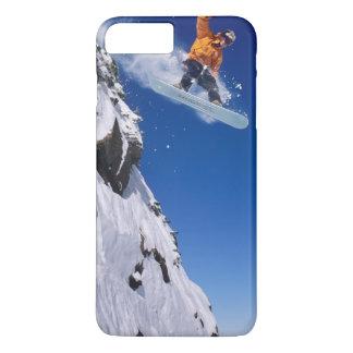 Coque iPhone 8 Plus/7 Plus Homme sur un surf des neiges sautant outre d'une