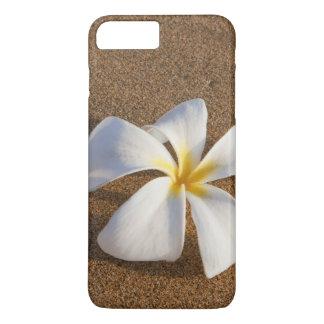 Coque iPhone 8 Plus/7 Plus Plumeria sur la plage sablonneuse, Maui, Hawaï,