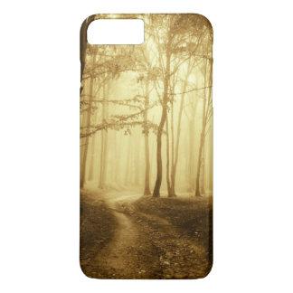 Coque iPhone 8 Plus/7 Plus Route dans une forêt foncée avec le brouillard