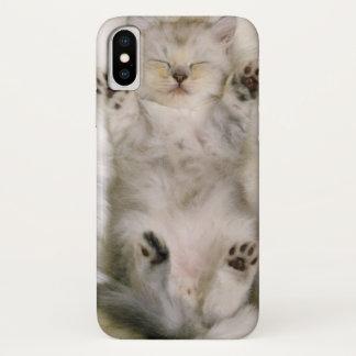 Coque iPhone X Chaton dormant sur un tapis pelucheux blanc, haut