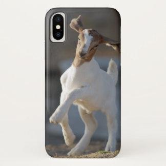 Coque iPhone X Chèvre d'enfant jouant en terre