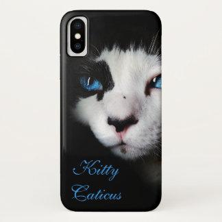 Coque iPhone X Et mystérieux chat de smoking observé par bleu