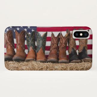 Coque iPhone X Rangée des bottes de cowboy sur la meule de foin