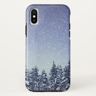 Coque iPhone X Scène gelée de forêt d'hiver de neige