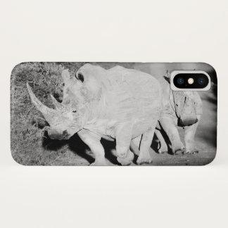 Coque iPhone X Une mère de rhinocéros et son veau en Afrique du