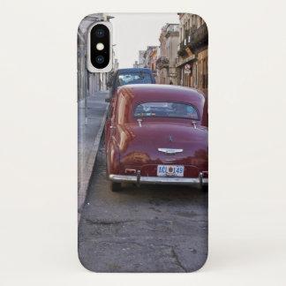 Coque iPhone X Une vieille voiture rouge classique de Peugeot a