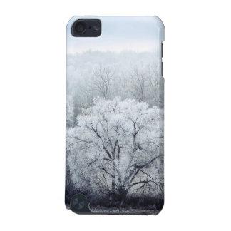 Coque iPod Touch 5G Le paysage brumeux d'hiver avec la neige a couvert