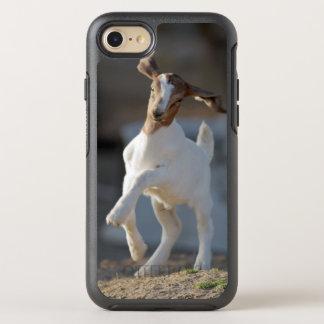 Coque OtterBox Symmetry iPhone 8/7 Chèvre d'enfant jouant en terre