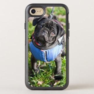 Coque OtterBox Symmetry iPhone 8/7 Chiot noir de carlin utilisant une veste