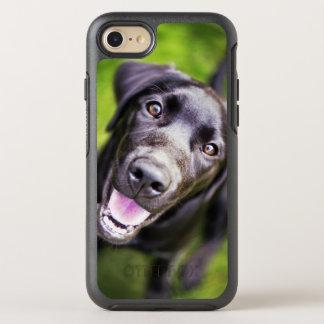 Coque OtterBox Symmetry iPhone 8/7 Chiot noir de Labrador regardant vers le haut,