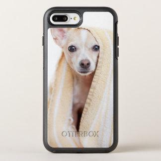 Coque OtterBox Symmetry iPhone 8 Plus/7 Plus Un chiwawa bronzage et blanc se repose sous une