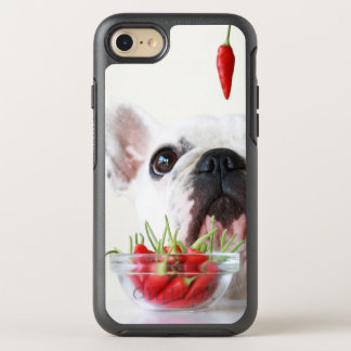 Coque Otterbox Symmetry Pour iPhone 7 Bouledogue français regardant un poivron rouge
