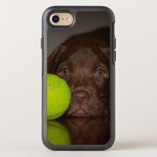 Coque Otterbox Symmetry Pour iPhone 7 Chiot de Labrador de chocolat avec de la balle de