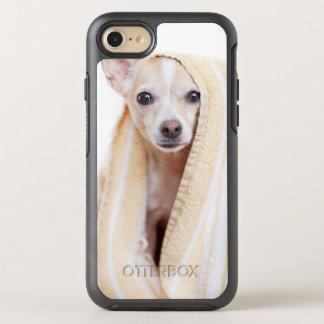 Coque Otterbox Symmetry Pour iPhone 7 Un chiwawa bronzage et blanc se repose sous une