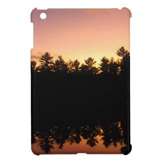 Coque Pour iPad Mini Arbres de coucher du soleil réfléchis sur le lac