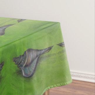 coquillage bleu sur la nappe verte