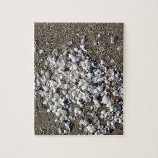 Coquillages sur le sable. Arrière - plan de plage Puzzles