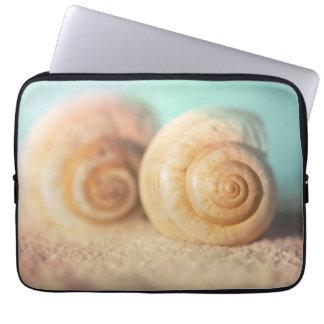Coquilles de Nautilus sur la plage Housses Ordinateur
