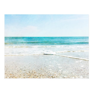 Coquilles tropicales de mer de ressacs de sable de carte postale