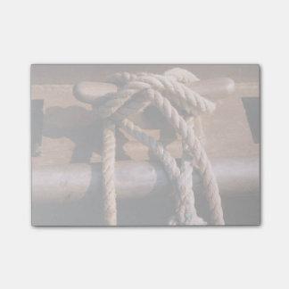 Corde attachée à une cravate de bateau
