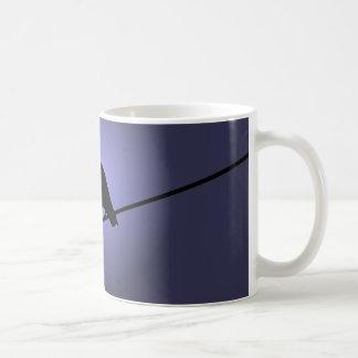 Corneille sur un câblage téléphonique mug