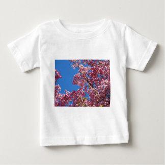 Cornouiller rose et ciel bleu t-shirt pour bébé