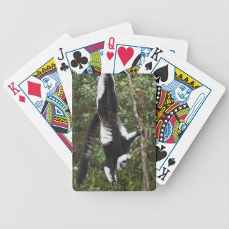 -côté-vers le bas accrochant noir et par blanc ruf cartes à jouer