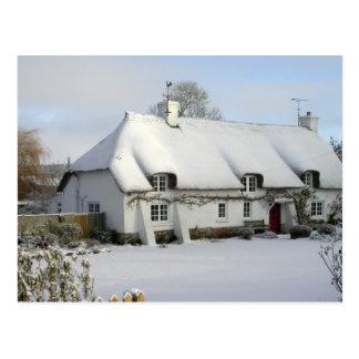 Cottage couvert de chaume en carte postale de
