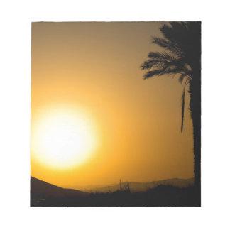 Coucher du soleil andalou d'or avec le palmier de bloc-note
