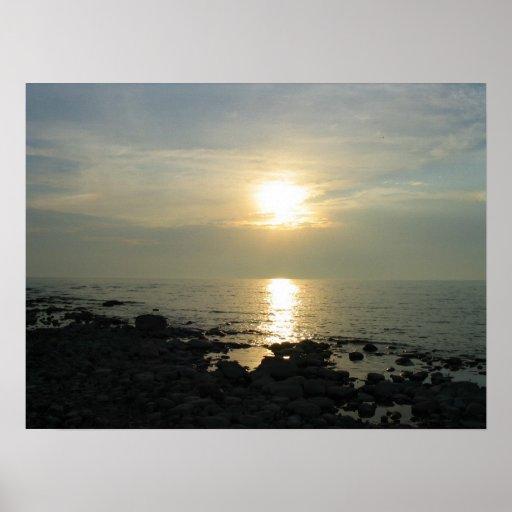 Coucher du soleil au-dessus de côte rocheuse affiche
