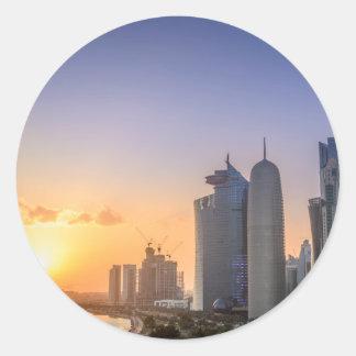 Coucher du soleil au-dessus de la ville de Doha, Sticker Rond