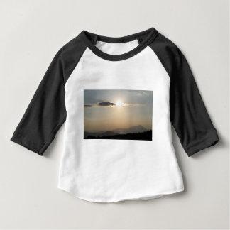 Coucher du soleil au-dessus des montagnes t-shirt pour bébé