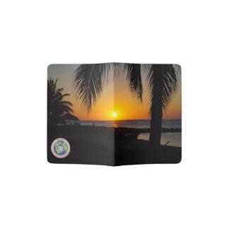 Coucher du soleil au support de passeport de plage protège-passeport