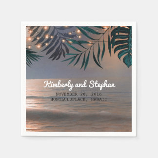 Coucher du soleil de plage et mariage de serviettes jetables