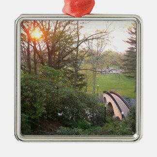 Coucher du soleil de pont en arc-en-ciel ornement carré argenté