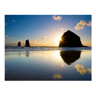 Coucher du soleil de roche de meule de foin - carte postale