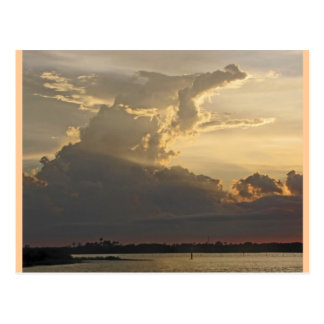 Coucher du soleil dramatique, nuages, ciel et eau carte postale