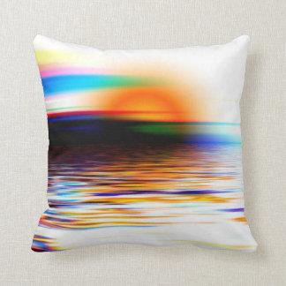 Coucher du soleil merveilleux coloré d'arc-en-ciel coussin
