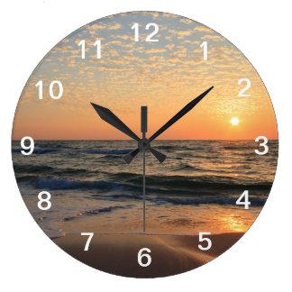Coucher du soleil, plage, et nuages grande horloge ronde