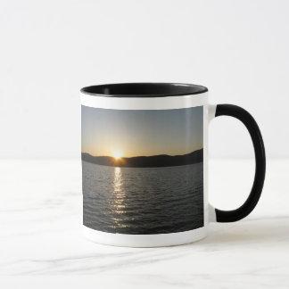 Coucher du soleil sur le lac Onota : Horizontal Tasses