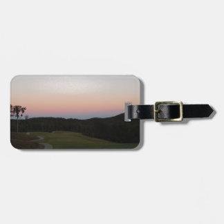 Coucher du soleil sur le terrain de golf à la poin étiquette pour bagages