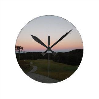 Coucher du soleil sur le terrain de golf à la poin pendule murale