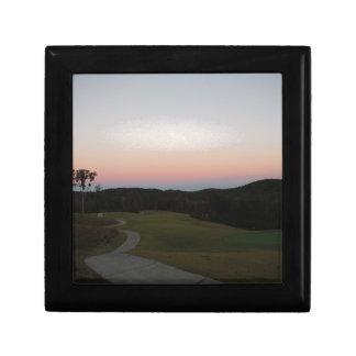 Coucher du soleil sur le terrain de golf à la poin petite boîte à bijoux carrée