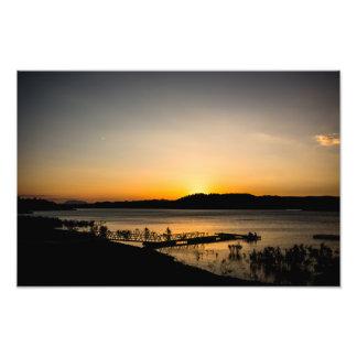 Coucher du soleil sur un lac avec une jetée dans impression photo