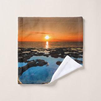 Coucher du soleil tropical sur la plage de cratère