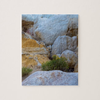 Couches géologiques de texture et fleurs jaunes puzzle