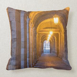 Couloir en pierre allumé par lampe, Espagne Coussin Décoratif