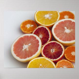 Coupez les oranges sur la table posters