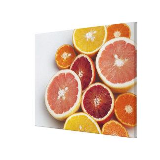Coupez les oranges sur la table toiles