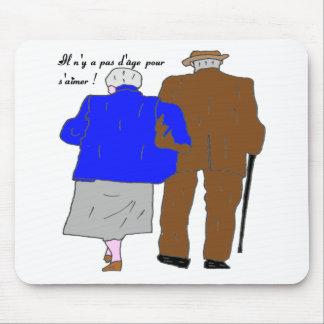 COUPLE 3 IL N'Y A PAS D AGE POUR S AIMER.png Tapis De Souris